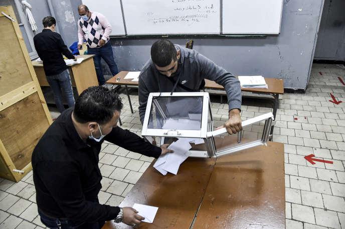 Ouverture des urnes après le vote au référendum constitutionnel, dimanche 1er novembre, à Alger. RYAD KRAMDI / AFP