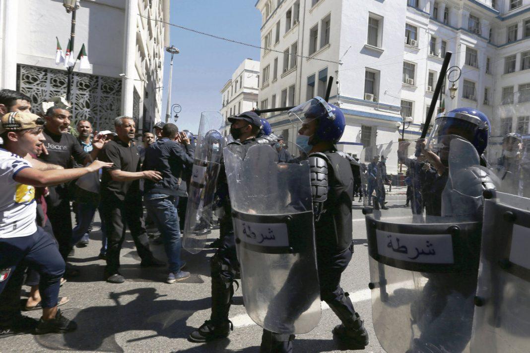 Des manifestants face aux forces antiémeute lors d'une marche du hirak, le 7 mai, à Alger. Anis Belghoul/AP/Sipa